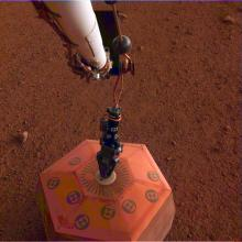 InSight seismometer on the surface of Mars